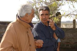 Marcelo Santafé Martón coversa con su hijo José Ángel en la finca Juncal de la navarra Villafranca.