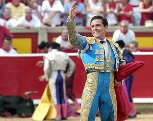 Dávila MIura saluda triunfal en la plaza de Pamplona