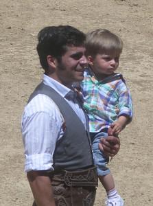 Francisco Expósito con su hijo durante un tentadero celebrado el año pasado en Tafalla.