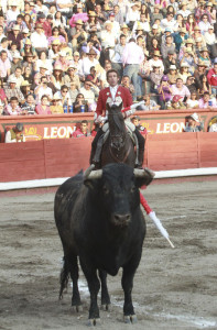 Hermoso de Mendoza tuvo que luchar contra tres mansos, especialmente contra el segundo de su lote.