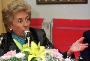 Dolores Aguirre participando en una charla.