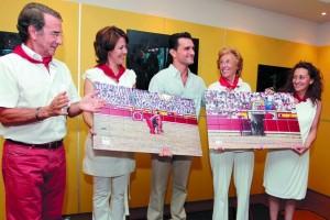 Dolores Aguirre recogió en 2010 en el Hotel Sancho Ramíres el trofeo Detalle para el recuerdo de 2009.