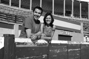 Eusebio Soto Bermejo y Lara Ciarabellini, en una fotografía realizada en la plaza de toros de Tudela en 2009, un año después de que resultaran heridos en la suelta de vacas. Fotografía: Diario de Navarra.
