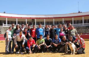 Los hermanos Gracia Blasco con los participantes en el tentadero.