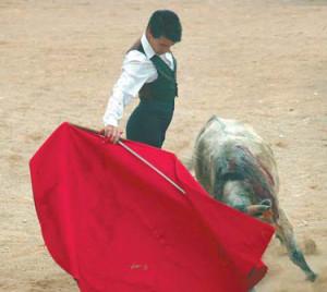 Derechazo de Marco a una erala de la ganadería tarraconense de José Mur.