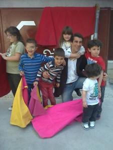 Marco terminó su clase de toreo rodeado de pequeños aficionados.