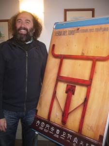 Mikel Urmeneta, esta mañana, ante su cartel anunciador de la Feria del Toro 2013