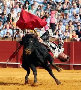 El primero, de Toros de Cortés, cogió espectacularmente e hirió a El Juli. Fotografía: Arjona.