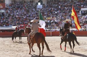 Dos charros, con las banderas de México y España, recibieron a Hermoso en el ruedo de Pachuca.