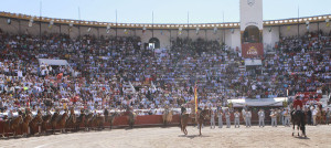 Cien charros a caballo, alrededor del ruedo, homenajearon al caballero navarro.
