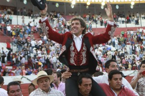 Hermoso celebró su festejo 2.000 en Pachuca con otra salida a hombros.