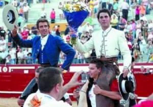 Hermoso y Armendáriz compartiendo una salida a hombros.