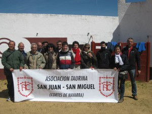Los aficionados de Cortes en la plaza de toros de Montalvo.