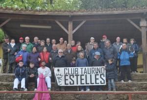 Los socios del Club Taurino Estellés en la plaza de tientas de Reta.