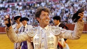 Manuel Escribano pasea en Sevilla las dos orejas cortadas a un toro de Miura.