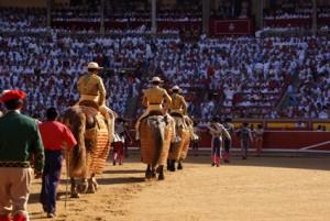 Paseíllo en la plaza de toros de Pamplona.