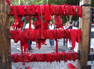 Los corredores siguen homenajeando con sus pañuelos a Daniel Jimeno, último fallecido en el encierro.