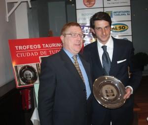 Carlos Lasheras entregó en febrero a David Adalid el trofeo al mejor subalterno de la pasada Feria de Tudela.