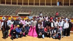 Los socios del Club Taurino de Tudela en la plaza de la capital ribera.