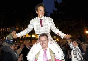 Salida a hombros de Gonzalo Caballero en Pamplona el pasado 5 de julio.