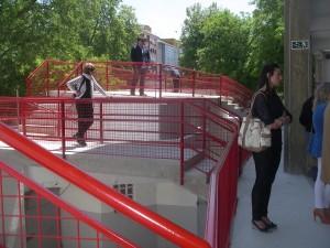 Desde esta nueva meseta se puede acceder a una salida al patio de caballos.