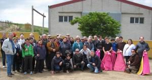 Los socios del taurino pamplonés con los toreros en la plaza de tientas de Macua.