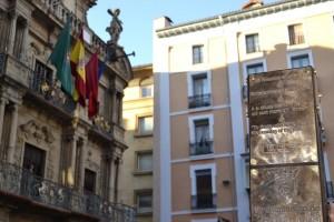 El poste homenaje luce ya en la Plaza Consistorial.