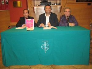 Paco Cañamero, en el centro, durante la presentación de su último libro. Fotografía: Miguel Monreal.