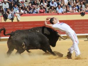 Víctor Holgado recortando con torería.
