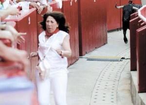 Carmen Alba huye en el callejón de un toro que había saltado la barrera. Fotografía: Javier Sesma.