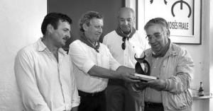 José María Marco entrega el trofeo Carriquiri 2012 a Moisés Fraile.