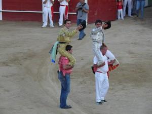 Fernando Flores y Juan de Castilla salieron a hombros. Fotografía: Isabel Virumbrales.