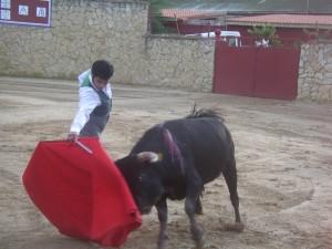 Expósito, con la diestra, frente al toro de Bañuelos.