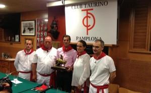 Arrizabalaga y Ganuza, de la junta directiva del taurino, David Mora y representantes de Diario de Navarra.