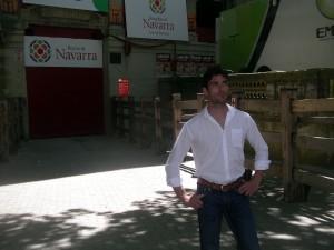 Javier Antón, ayer, en el callejón de acceso a la plaza de toros de Pamplona.