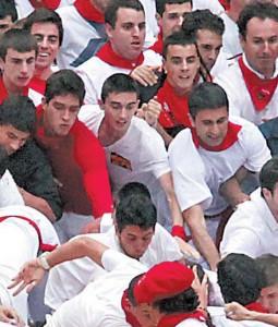 Jon Mendoza, en el centro de la imagen, con camiseta blanca y una especie de pegatina en el pecho. Fotografía: Calleja.