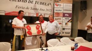 Julián Marín y Carlos Lasheras entregaron el año pasado un recuerdo a Pablo Sangüesa, moderador de los coloquios