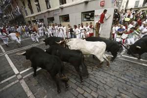 Los toros de Valdefresno tomar la curva de Mercaderes.
