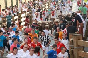 Este encierro, al ser en fin de semana, ha contado con mayor número de corredores. Fotografía: Diario de Navarra.
