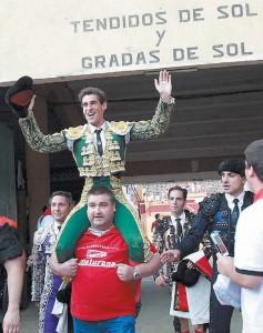 Marco sale a hombros por la puerta grande de la Chata de Griseras. Fotografía: Blanca Aldanondo.
