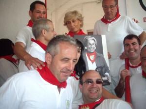 Miembros de la peña Oberena junto a Isabel Lipperheide.
