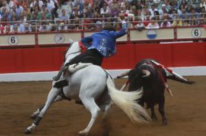 Hermoso de Mendoza, sobre 'Palomo', falló con la hoja de peral frente al cuarto de la tarde.