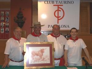 José María Sevilla, vicepresidente del club, Antonio Domínguez, mayoral de Miura, Juan Ignacio Ganuza, presidente, y Ramón Gastón, socio gerente del Bar Restaurante Club Taurino.