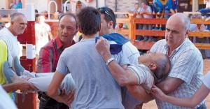 Momento en el que el herido, Ángel Jarauta, es retirado del recorrido.
