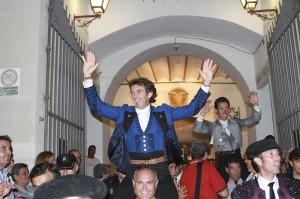 Pablo Hermoso de Mendoza saliendo a hombros ayer en Almería.