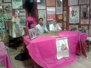 Antón junto a la alcaldesa de Cintruénigo y su concejal de Festejos.