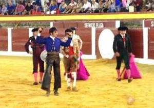 Armendáriz pasea en triunfo las dos orejas de su primero.
