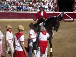 Hermoso de Mendoza enseña la Jarra de Plata entrregada por varios socios del Club Taurino de Londres.