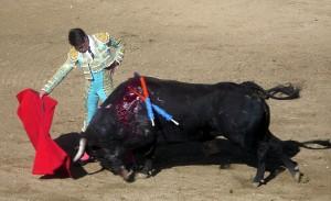 Derechazo largo de Francisco Marco al toro que abrió plaza.