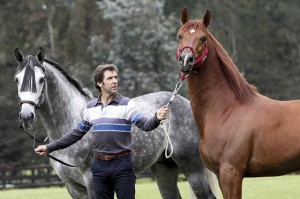 Hermoso de Mendoza en su finca con dos caballos.